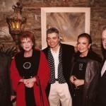 Με τον Ν. Κακλαμάνη, την ηθοποιό Μάρω Κοντού, την σχεδιάστρια Μάρω Κανίογλου και τον Γιώργο Νάσιουτζικ